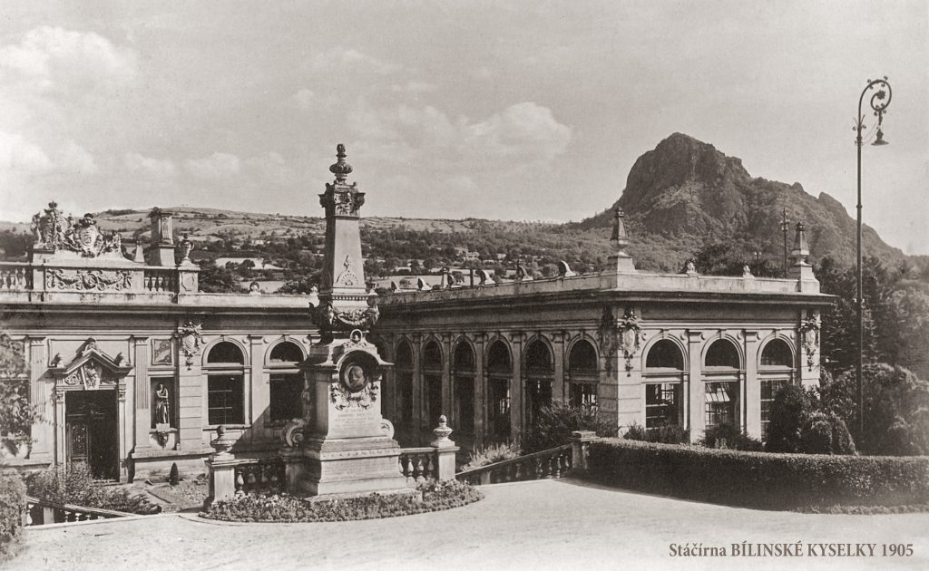 Zákoutí vnitřního dvora tovární budovy s památníkem Reussů.